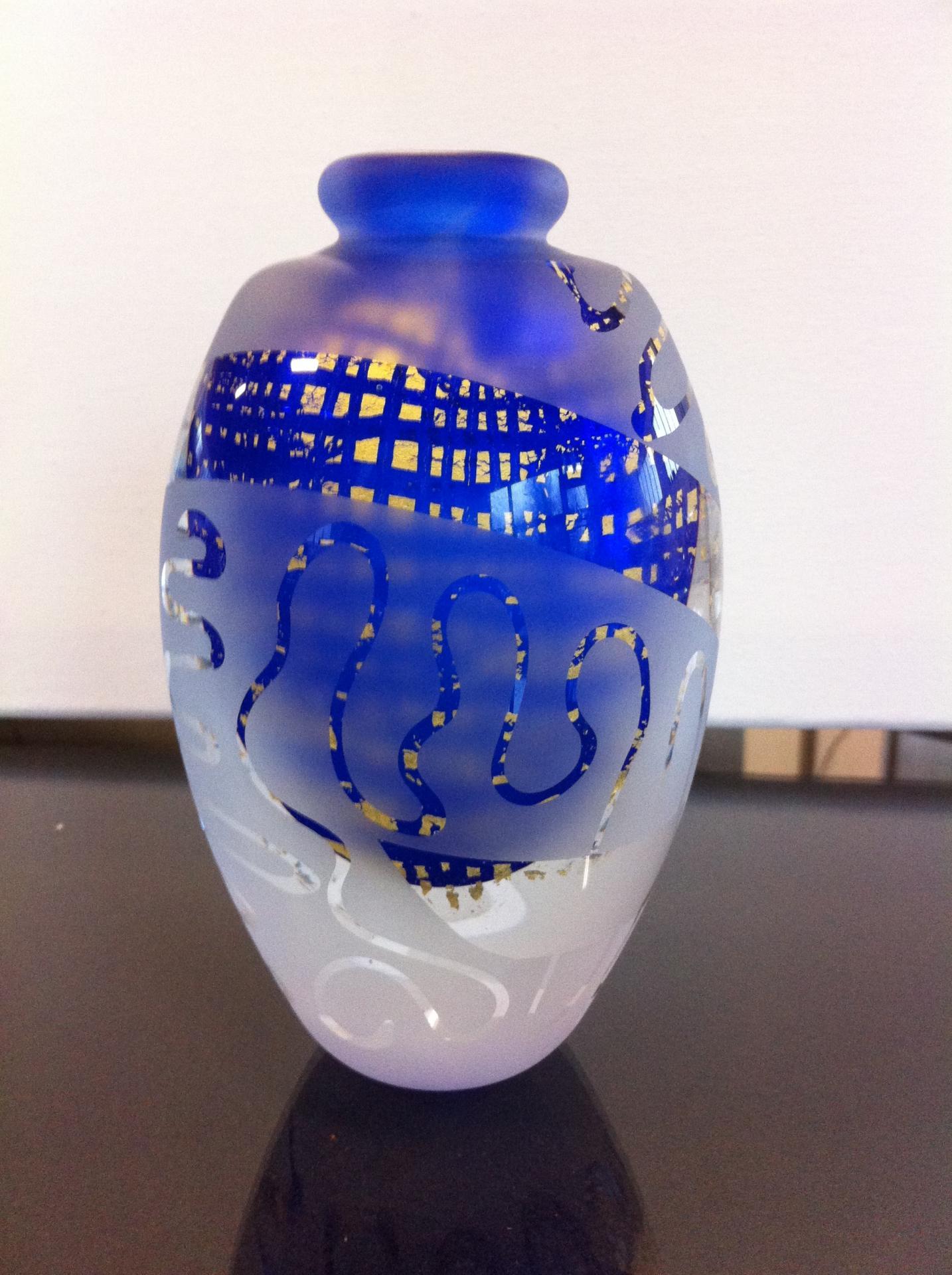 Vase en verre , feuilles d'or et sablage en surface