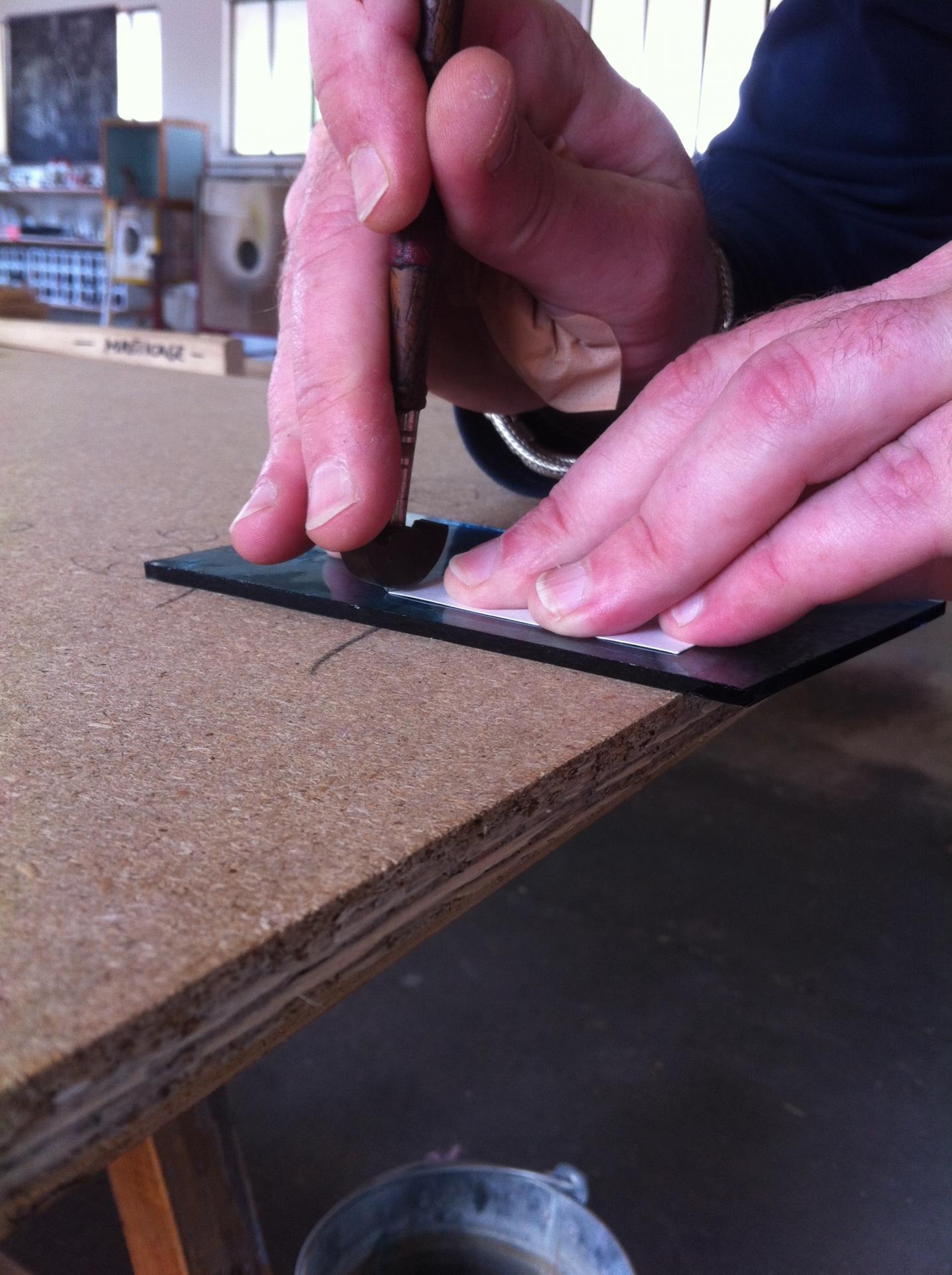 Découpe des pièces au diamant en verre suivant les calibres papier